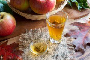 Pahar cu otet din cidru de mere.