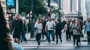 Oameni care merg pe jos