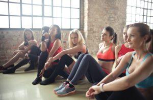7 fete intr-o sala de aerobic