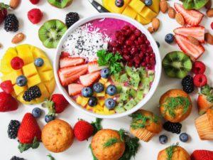 Bol cu fructe pe o masa cu alimente sanatoase