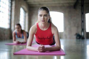 Fata care face exercitii fizice la sala.