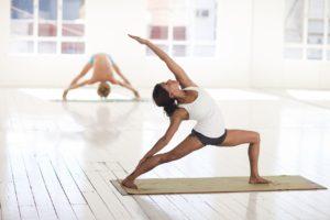 Femeie care face yoga.