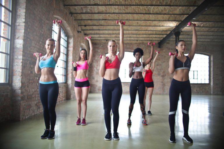 Fete care fac exercitii aerobice.