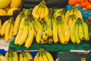 Manunchi de banane pe o tejghea,