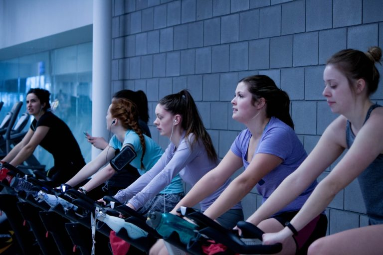 Femei pe biciclete eliptice