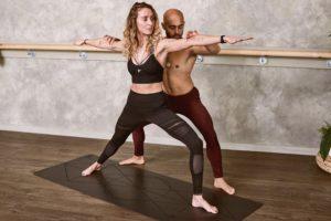 Femeie care face antrenamente cu un instructor.