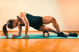 Femeie care face exercitii pentru coapse.
