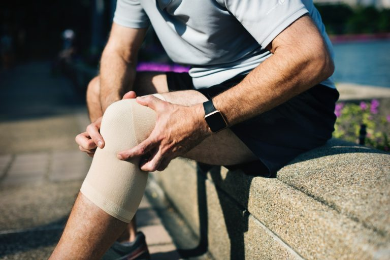 Barbat cu durere la genunchi.