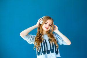 Fata care asculta muzica.