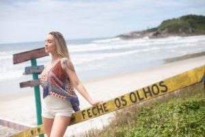 Femeie care respira calm pe o plaja.