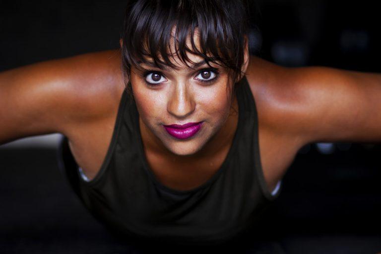 Potret femeie susținând un antrenament Taba