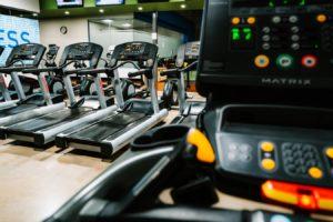 Benzi pentru alergare în cadrul unei săli de fitness