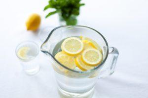 Cană cu apă fierbinte cu lămâie