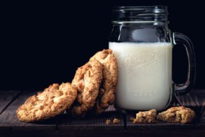 Cană cu lapte și prăjiturele