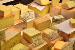 Diferite tipuri de brânză expuse la raionul de brânzeturi