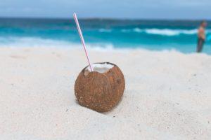 Nucă de cocos plină cu apă de cocos