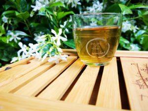 Un pahar cu ceai verde este foarte bogat în cofeină