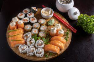 Sashimi din ton și sushi