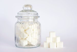 Cuburi de zahăr într-un recipient din sticlă