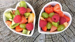 Două boluri în formă de inimă pline cu fructe