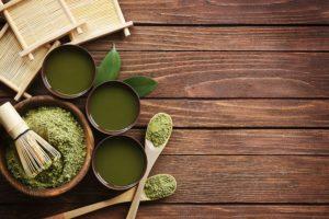 Matcha pisat alături de trei pahare cu ceai de Matcha
