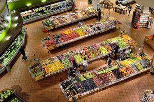 Vedere de sus asupra alimentelor dintr-un supermarket