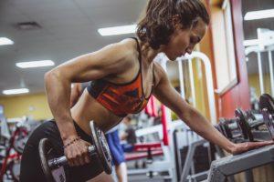 Această tânără a ales să obțină un deficit caloric prin exerciții fizice la sală