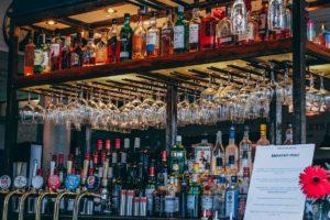 Bar cu băuturi alcoolice expuse