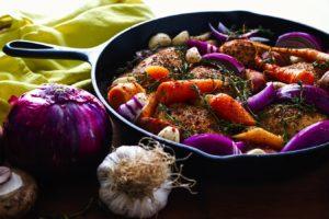 Diferite surse de prebiotice cum ar fi ceapa și usturoiul