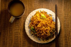 Farfurie cu noodles instant