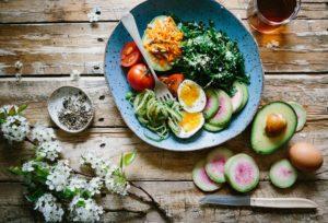 Preparat vegetarian cu ouă și avocado