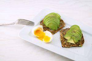 Pâine toast cu ou și avocado. Acest preparat face parte dintr-o dietă vegetariană