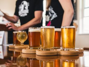 Diferite sortimente de bere servită la draft