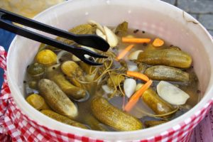 Castraveți puși la murat în zeamă împreună cu bucăți de morcov
