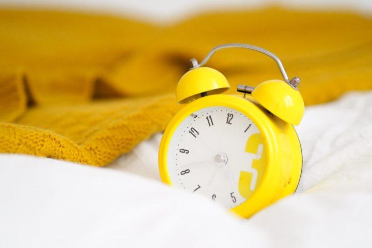 Ceas vintage de culoare galbenă