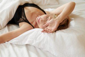 Femeie doarme după-amiază răpusă de oboseală