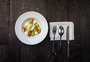 Mic dejun sănătos format din avocado, roșii, ouă și mozarella