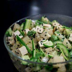 Salată cu brânză tofu și castraveți