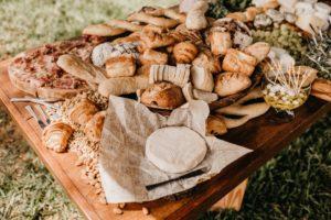 Brânză proaspătă și diferite tipuri de pâine