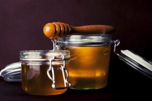 Două borcane cu miere