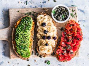 Felii de pâine integrală cu avocado și banane