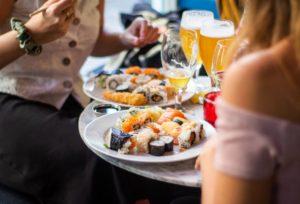 Masă bogată cu sushi și vin