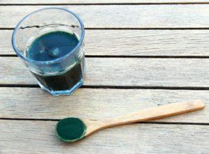 Pahar cu spirulină obținută din alge verzi
