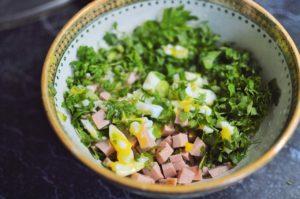Salată cu ou, pătrunjel și bucăți de șuncă