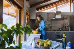 Tânără își gătește cina acasă