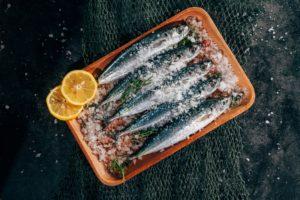 Tavă cu pești ce urmează să fie preparați la cuptor