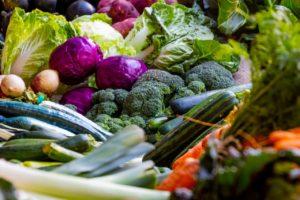 Diverse legume pe o tarabă