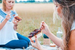 Două tinere mănânca dulciuri și renunță la dietă
