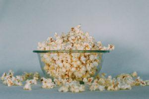 Bol de sticlă plin cu floricele de porumb (popcorn)