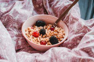 Gustare înainte de somn formată din fructe și cereale